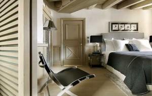 Современный интерьер спальни в стиле шале