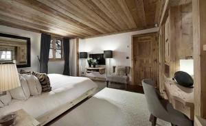 Спальня в доме в стиле шале