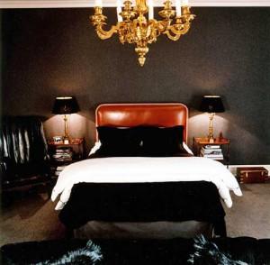 Темные тона спальни в стиле декаданс