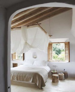 Кровать с балдахином в деревенском интерьере спальни