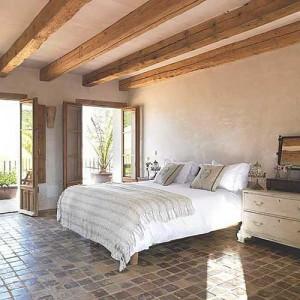 Грубое оформление стен и светлый текстиль
