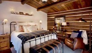 Спальня в деревенском стиле почти в музейном исполнении