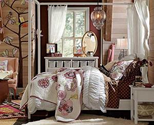 Подростковая спальня с аккуратной светлой мебелью