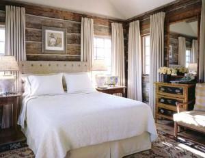 Спальня в деревенском стиле в деревянном доме