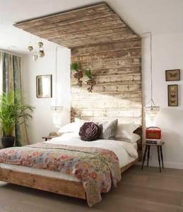 Интересный вариант деревенской спальни в квартире
