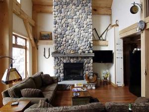 Камин в гостиной в деревенском стиле
