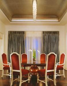 Потолок и мебель в стиле декаданс