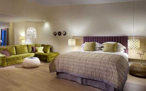 Интересное цветовое решение для современной спальни