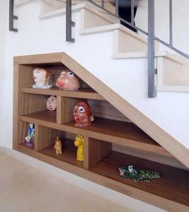 Пространство под лестницей в загородном доме
