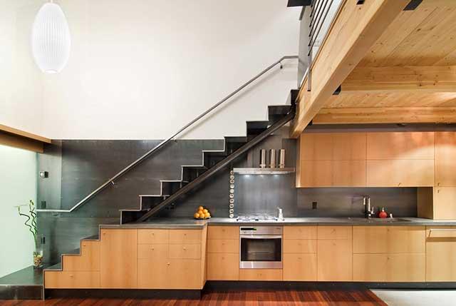 Кухня, встроенная в подлестничное пространство
