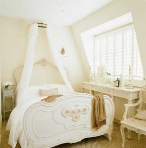 Светлая романтичная спальня с балдахином