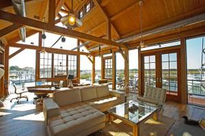 Дорогой лодочный дом с деревянными балками