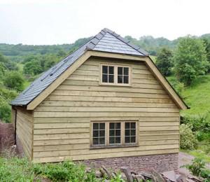 Полувальмовая крыша деревянного дома