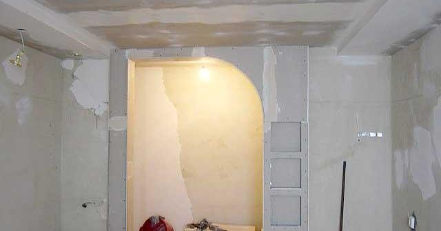 Стена из гипсокартона с дверью.