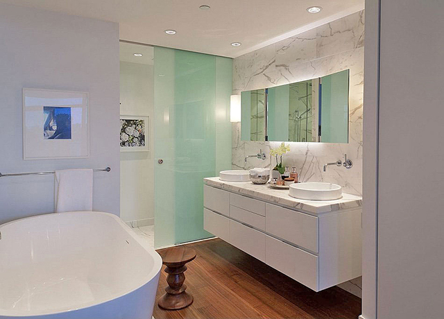 Раковина в ванной со столешницей.