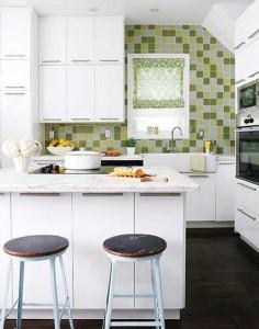 Барная стойка на маленькой кухне в светлых тонах