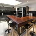 Барная стойка из натурального дерева на кухне.