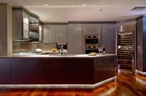 Роскошная кухня - дорогая барная стойка на фото.