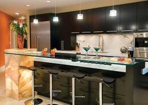 Барная стойка из стекла на кухне.