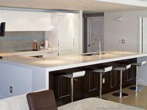 Барная стойка в кухне-гостиной.