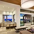 Барная стойка в гостиной очень дорогого современного дома.