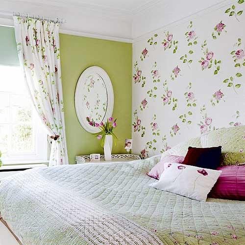 Сочетание двух типов обоев в спальне.