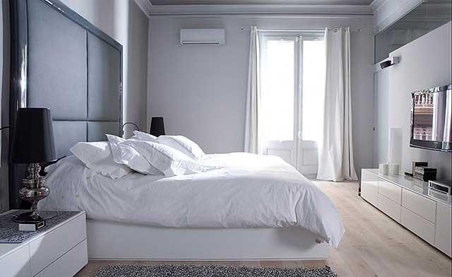 Спальня в белом цвете в небольшой квартире.