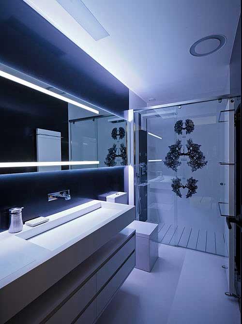 Небольшая и ультрасовременная ванная комната.