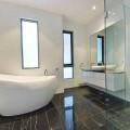 Дизайн плитки в ванной комнате - черное и белое.