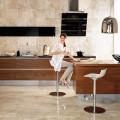 Современная кухня с использованием натурального камня плитки для фартука.